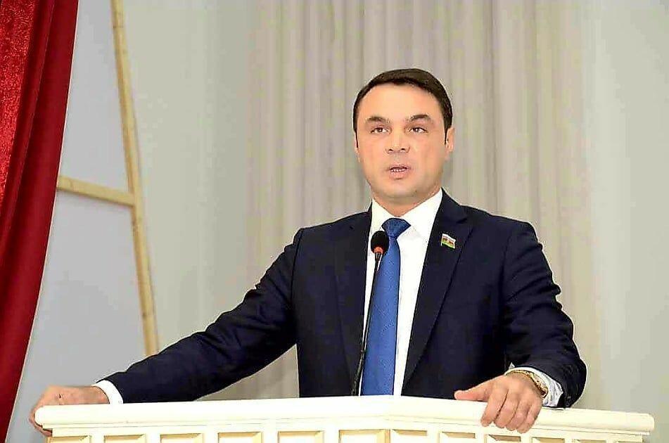 Polisi döyən deputat üzr istədi